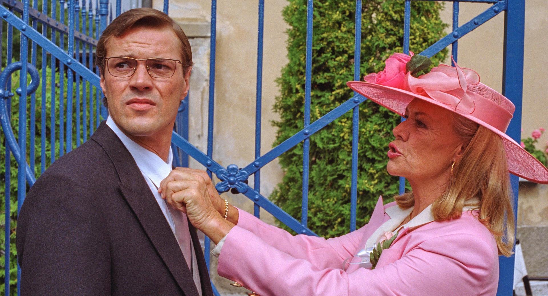Sebastian Koch (Hennys Bräutigam), Ingrid van Bergen (seine Mutter)