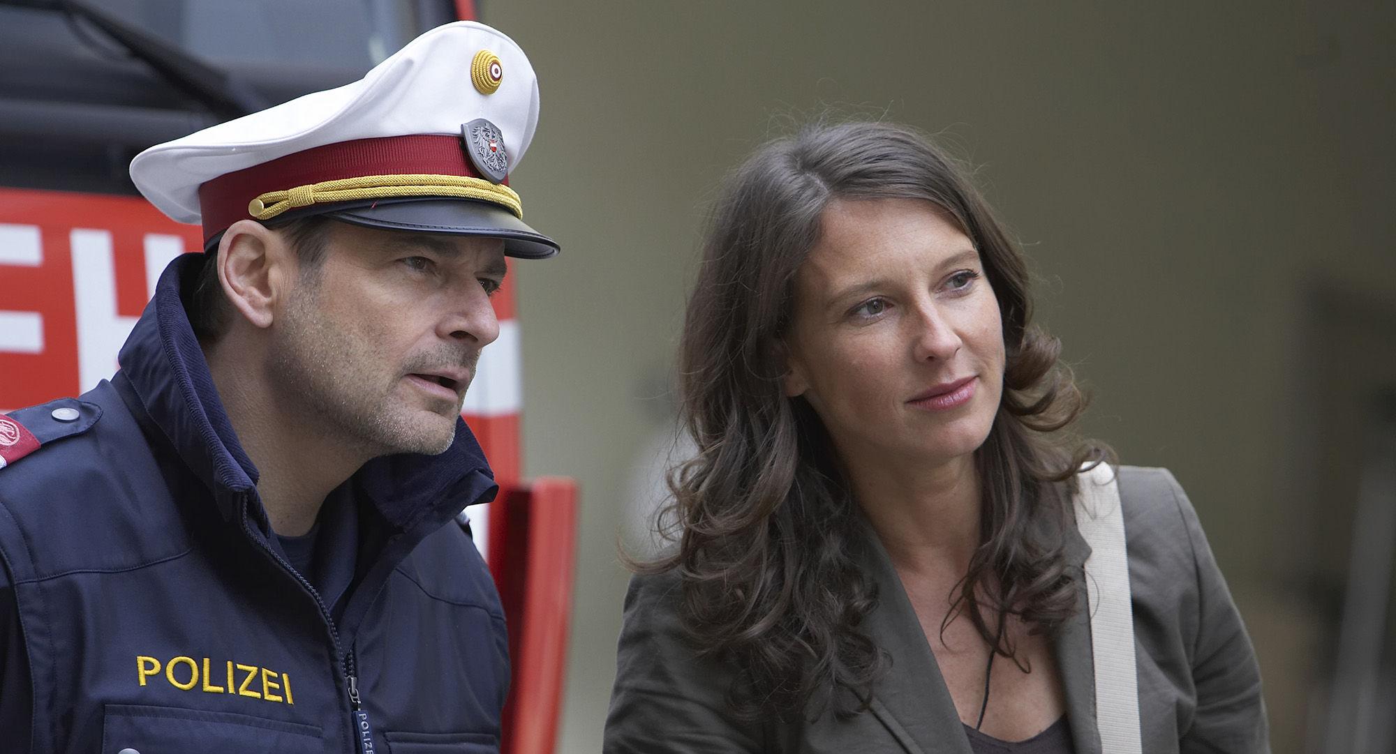 Karl Fischer (Beamter), Elfi Eschke (Sarah Horrowitz), Martina Schwab (Arabella Hürner)