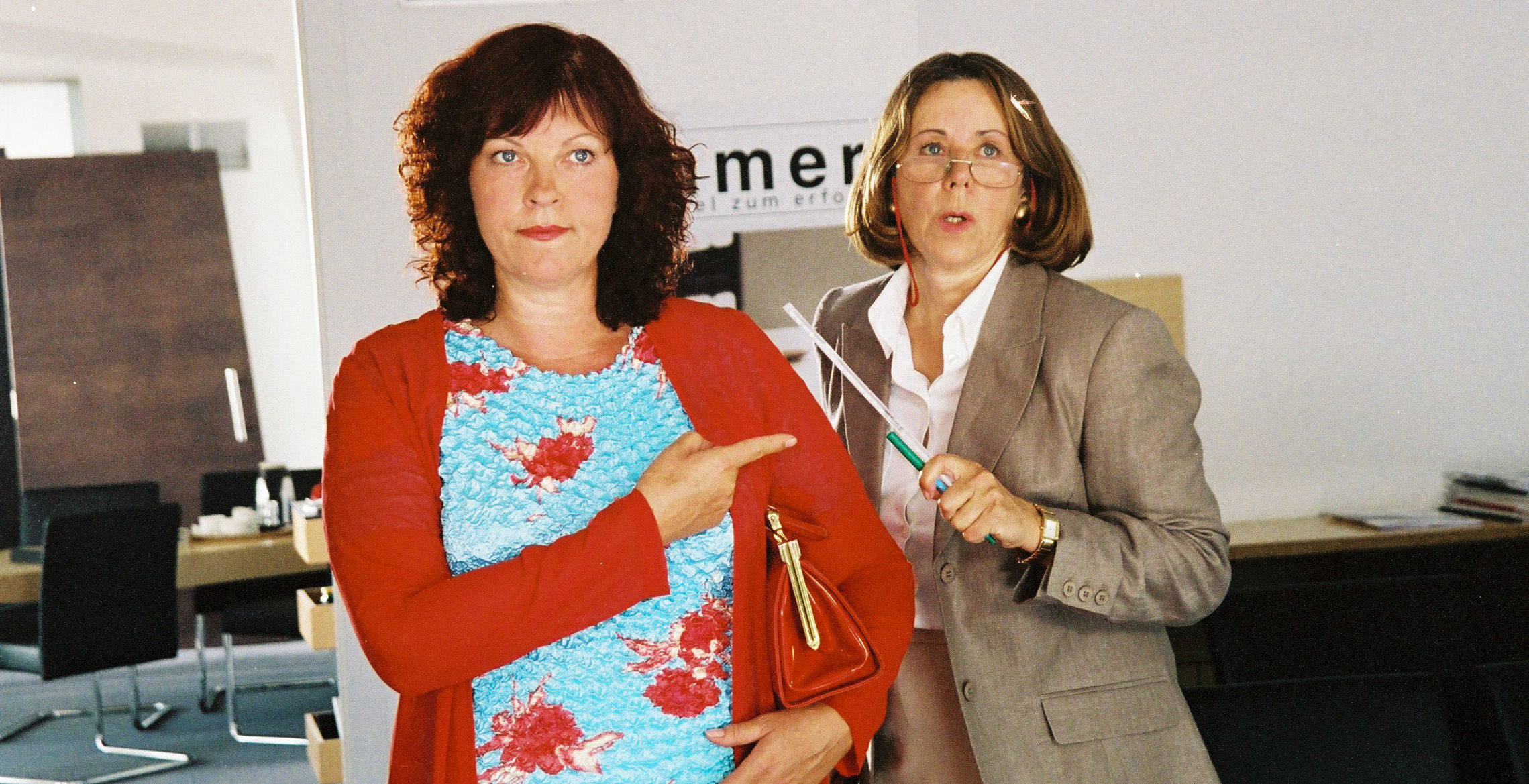 Conny (Elfi Eschke), Chefsekretärin (Uschi Wolff)