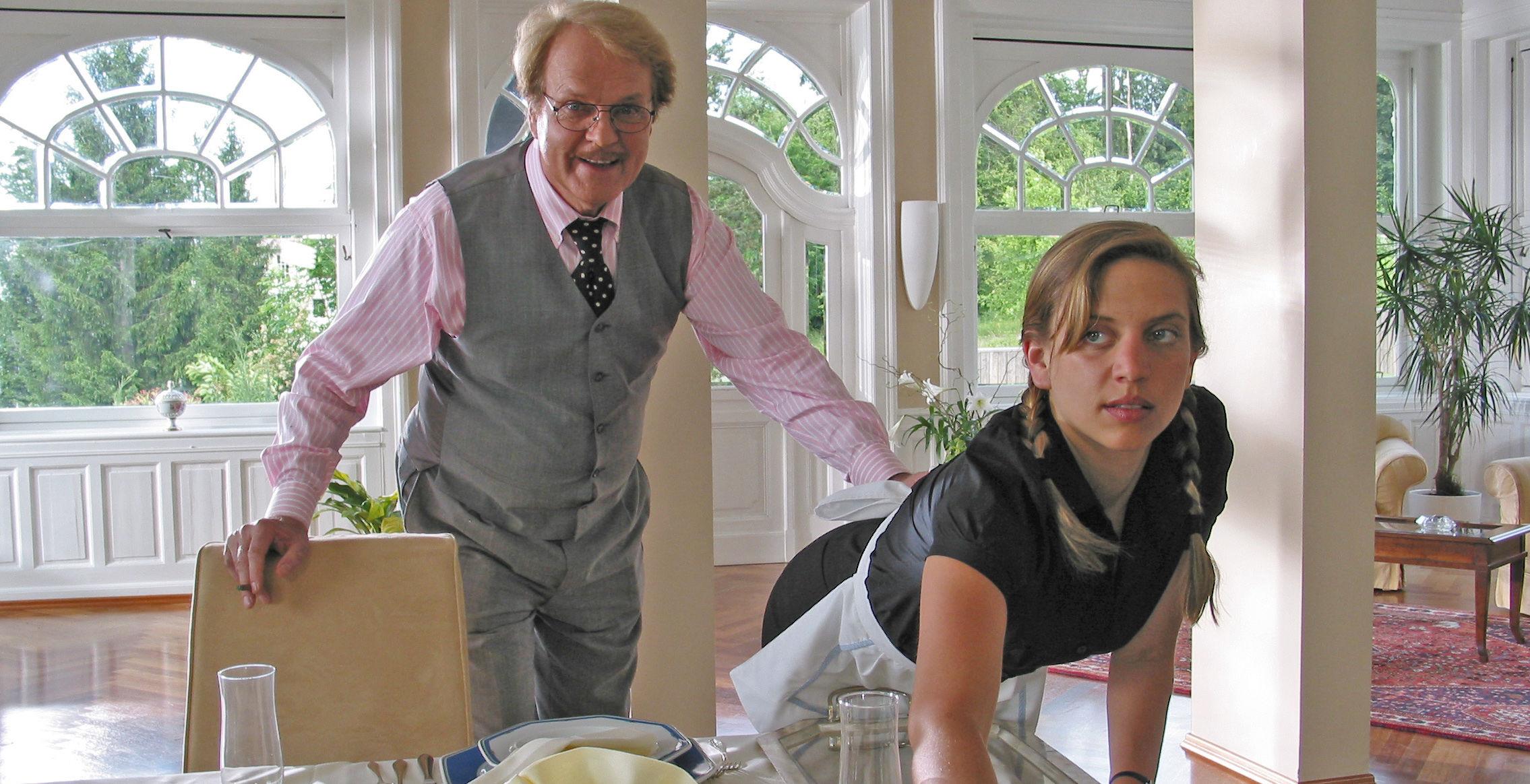 Albert (Peter Fricke), Haushaltshilfe (Martina Schwab)